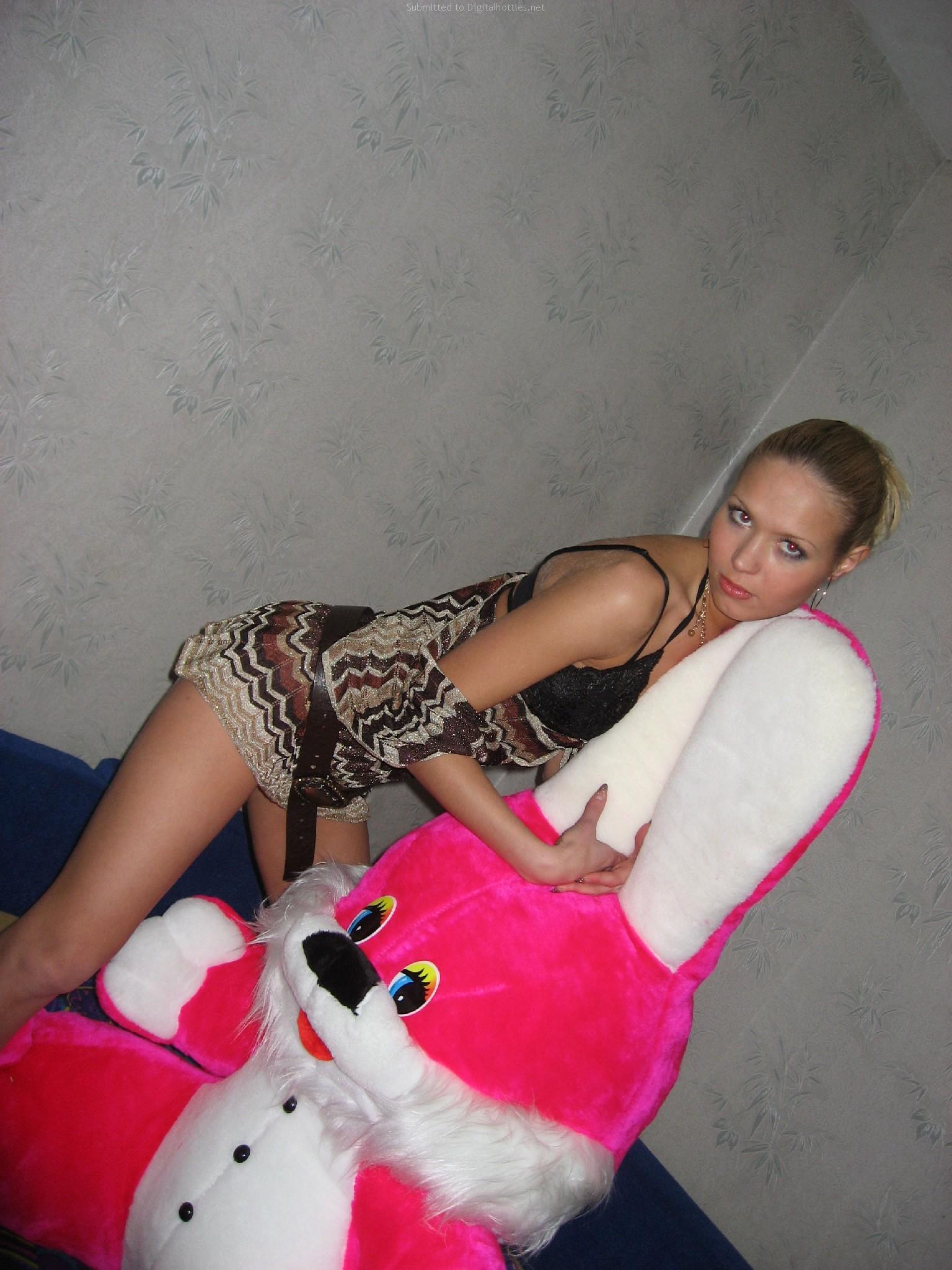Худая длинноволосая блондинка из России