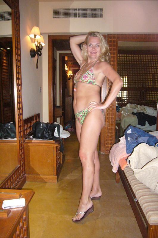 Выпившая русская дама показывает титьки в постели