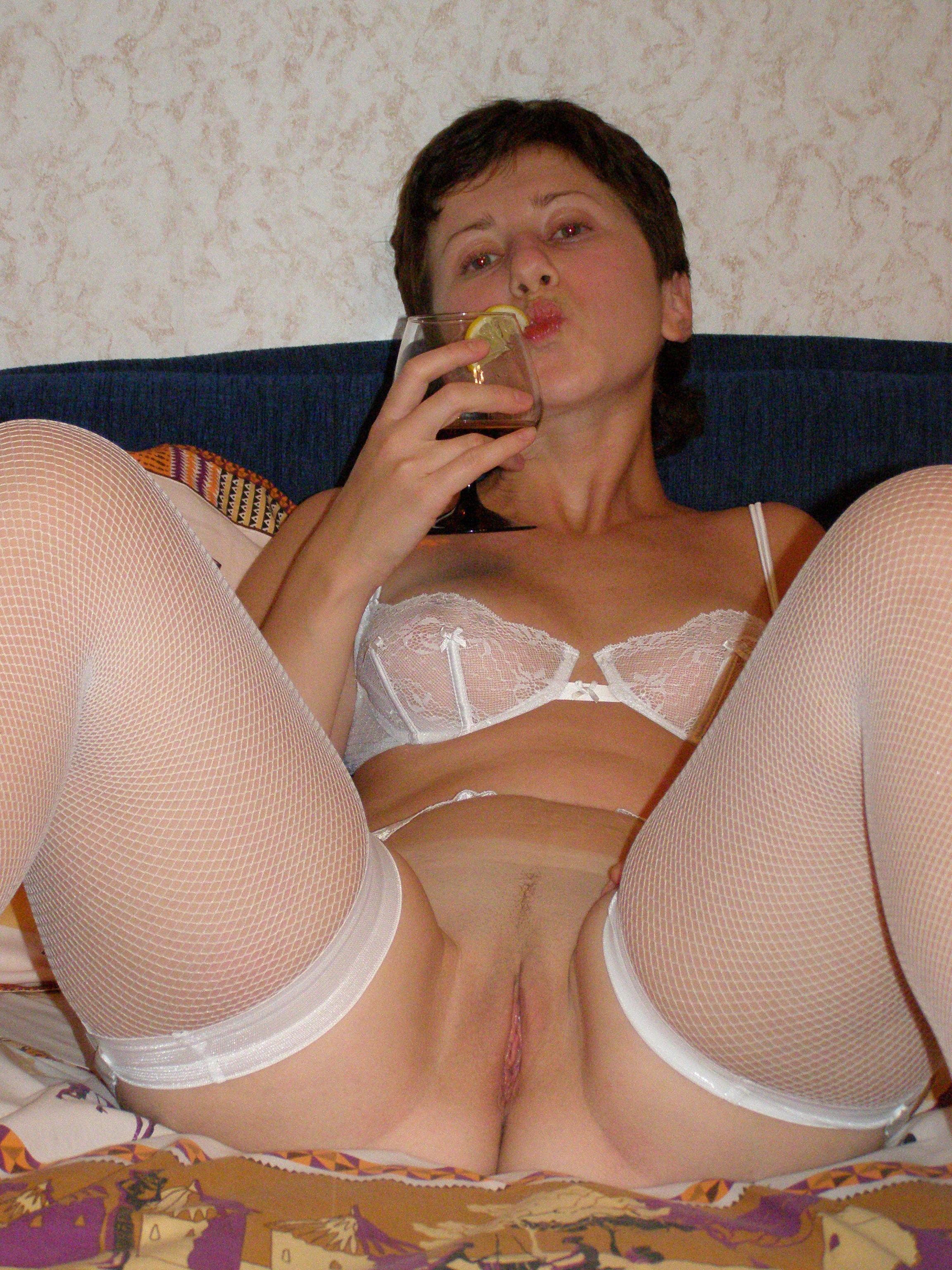 Русская домохозяйка Нина радует мужа, не смотря на его небольшой член