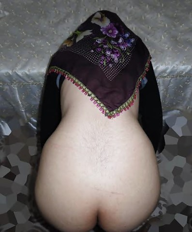 Турчанка пряча лицо показывает голую жопу