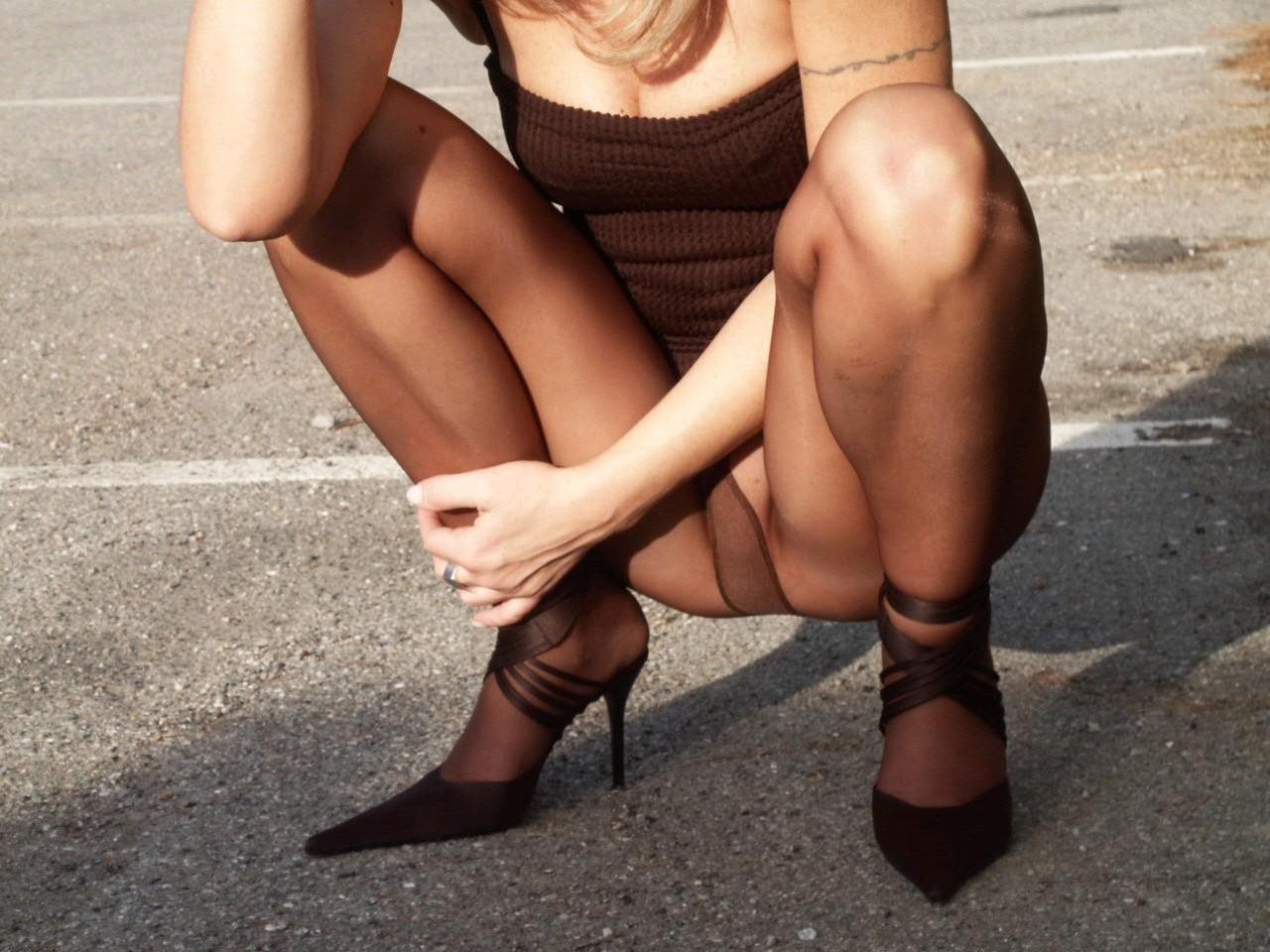 Итальянка часто гуляет в колготках без трусиков