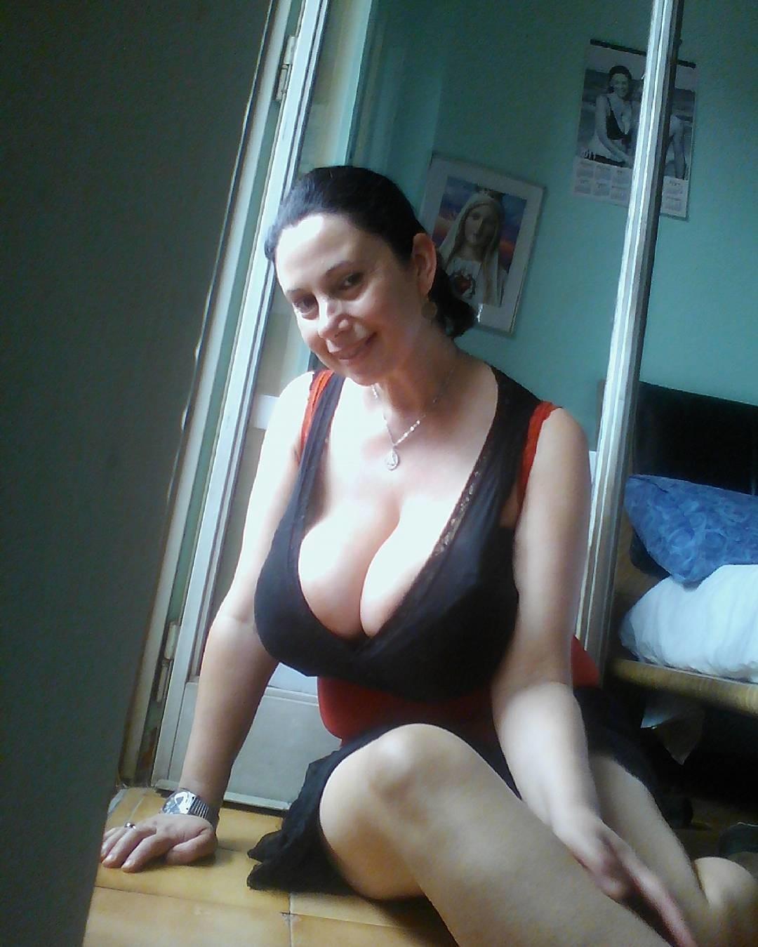 Зрелая итальянка с большими грудями (не голая)