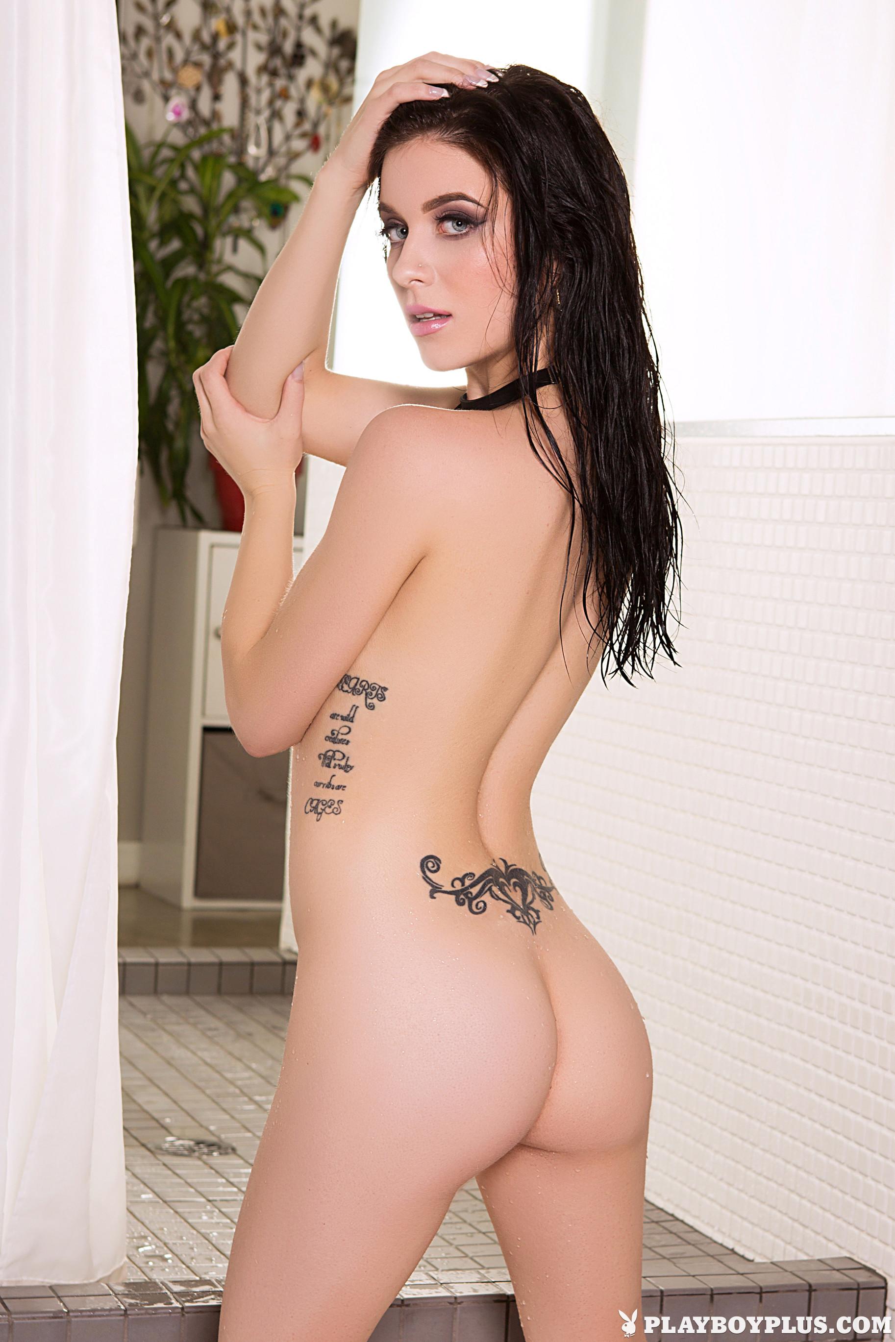 Тамара Мюррей принимает душ