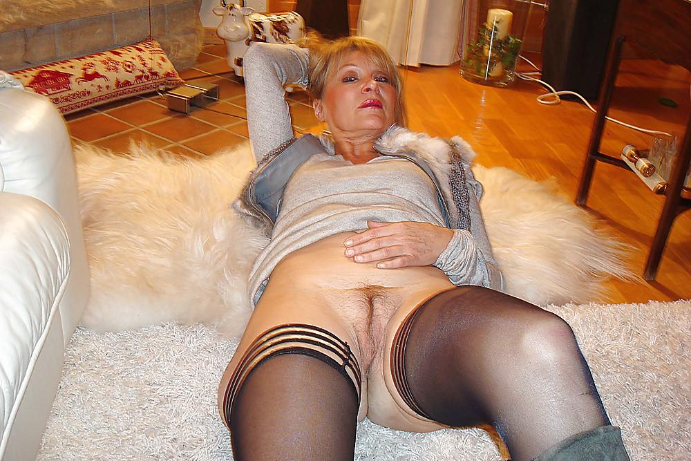Пожилая нетрезвая итальянка в чулках с голой пиздой