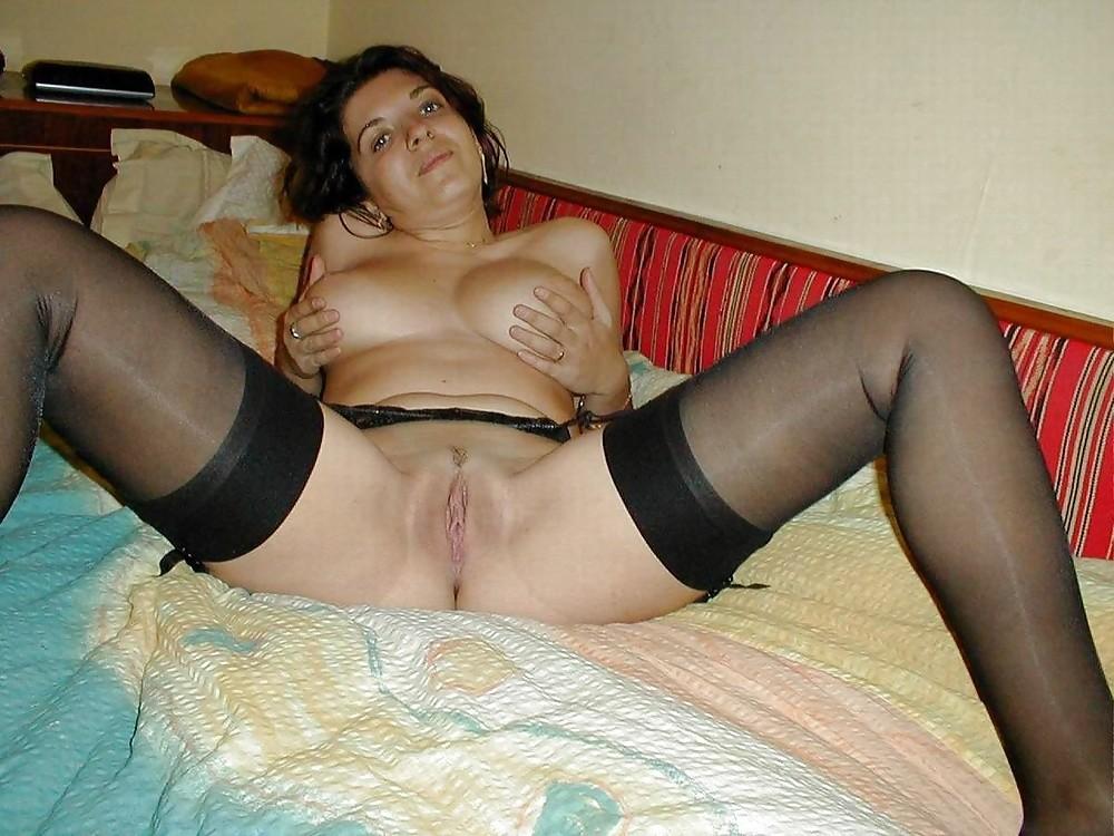Домохозяйка с большими сиськами позирует в чулках