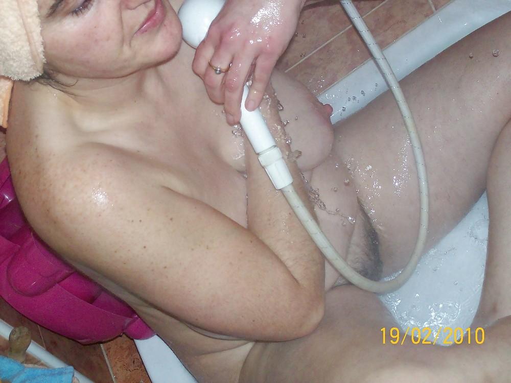 Испанская женщина подмывает пизду и подмышки