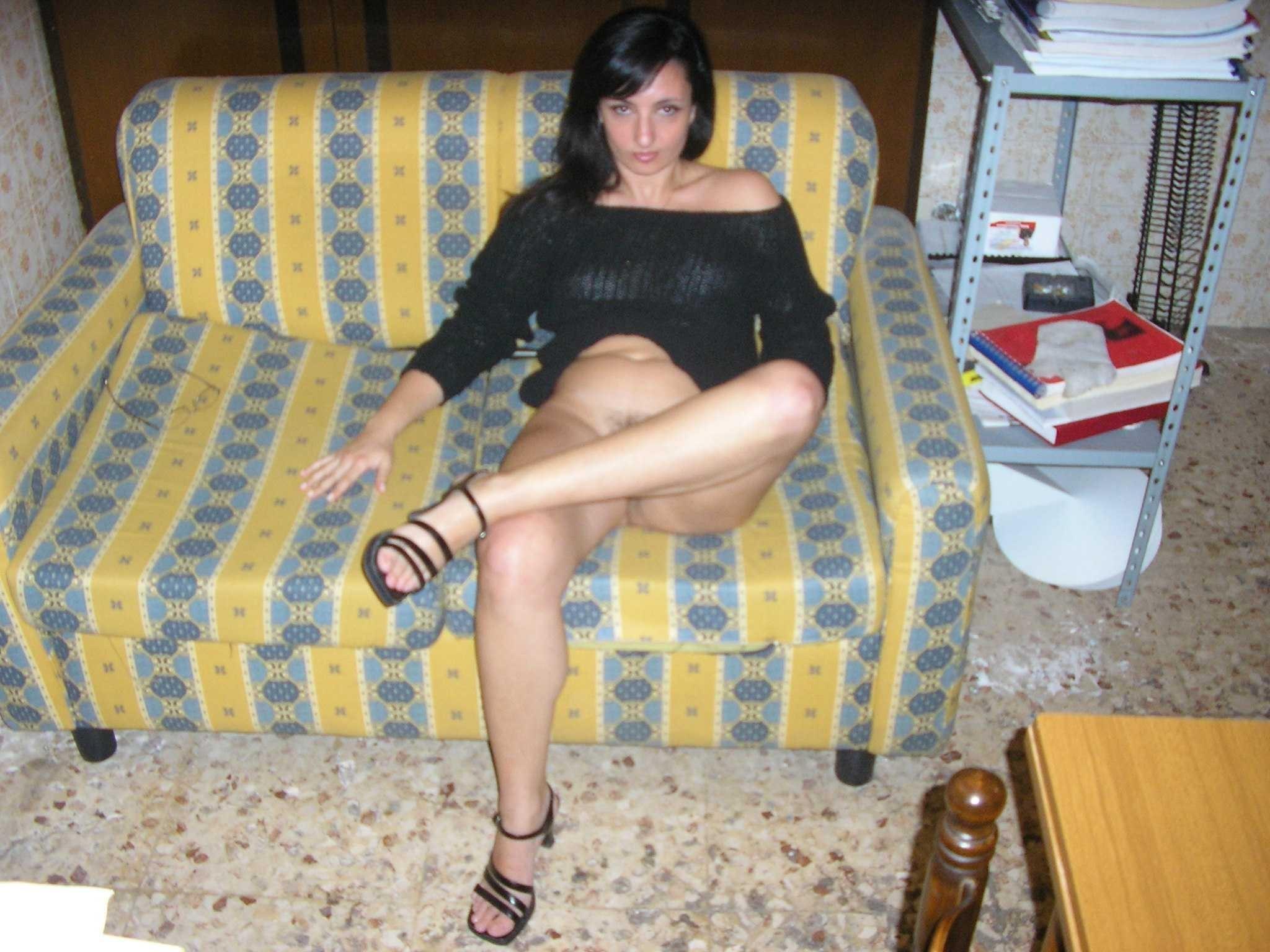 Милая итальяночка показывает голую писю в стиле боттомлес и не только