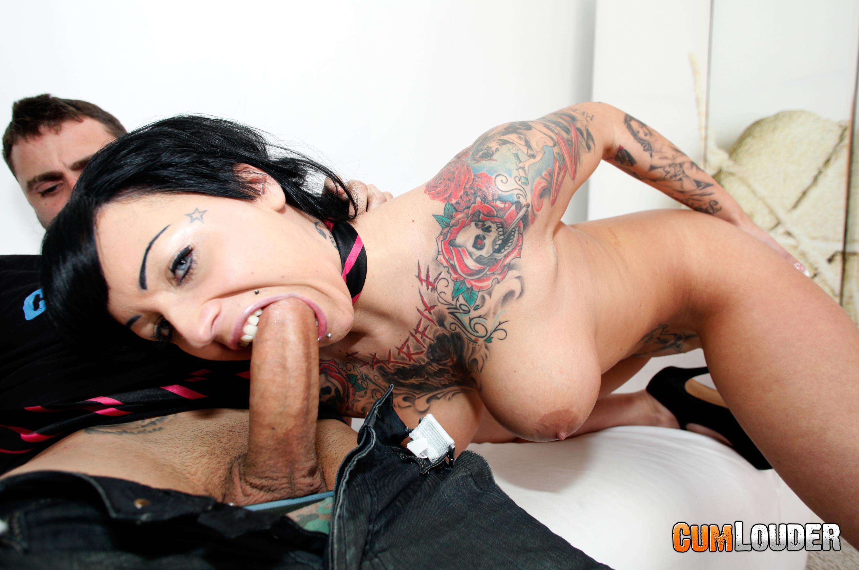 Татуированная испанка принимает в себя член