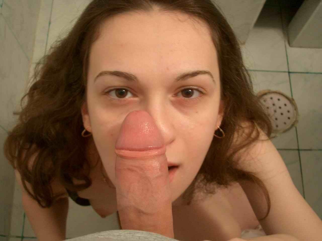 Молодая гречанка с красивыми сисями берет в рот член