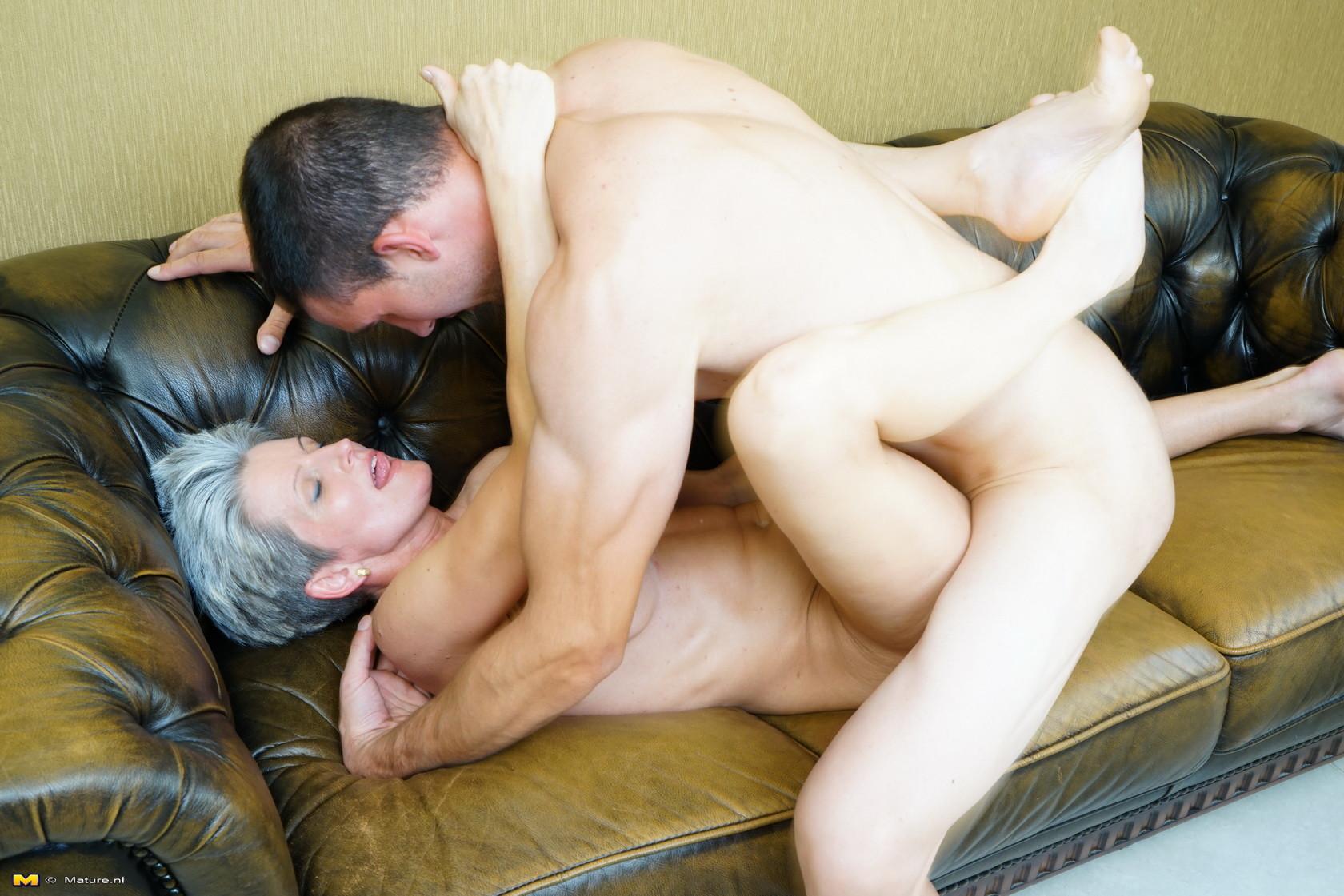Пожилая бельгийка ебется с молодым парнем