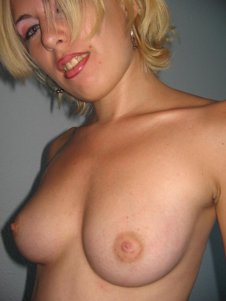 Румынская блондинка эротично позирует