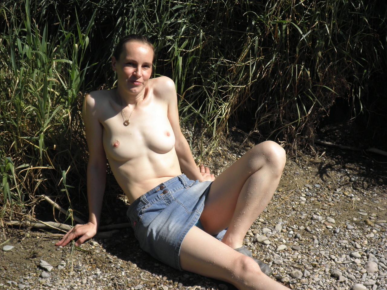 Австрийская домохозяйка часто показывает голую пизду мужу