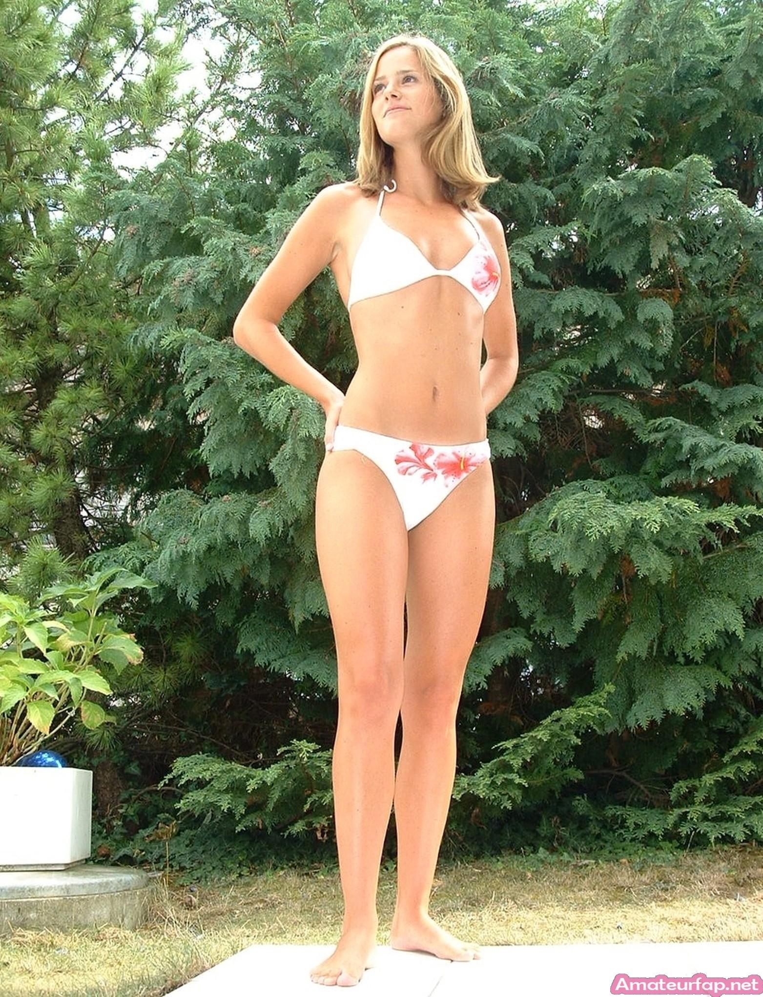 Стройная девушка из Голландии на отдыхе в Испании фоткается в бикини