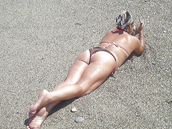 Сексапильная зрелая гречанка Мара на пляже в бикини