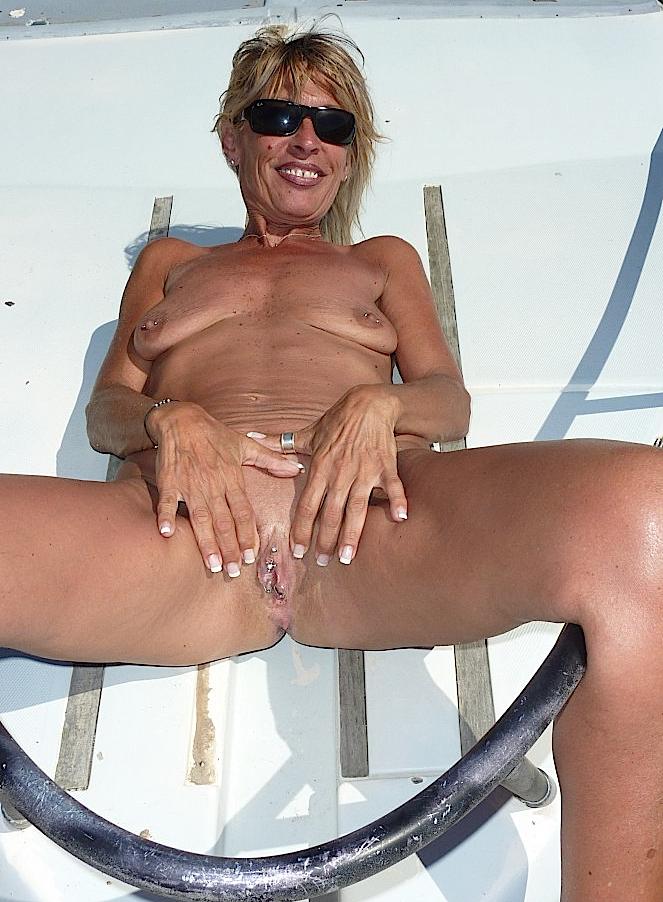 Пожилая баба из Швейцарии с пирсингом на пизде