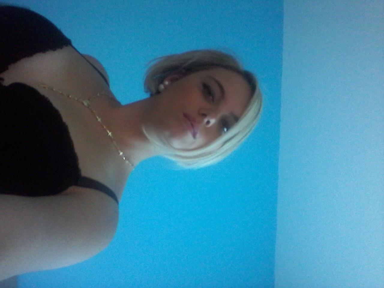 Блондинка из Венгрии показывает сиськи