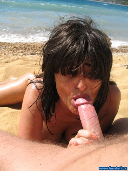 Чешская брюнетка сосет хуй мужу на пляже