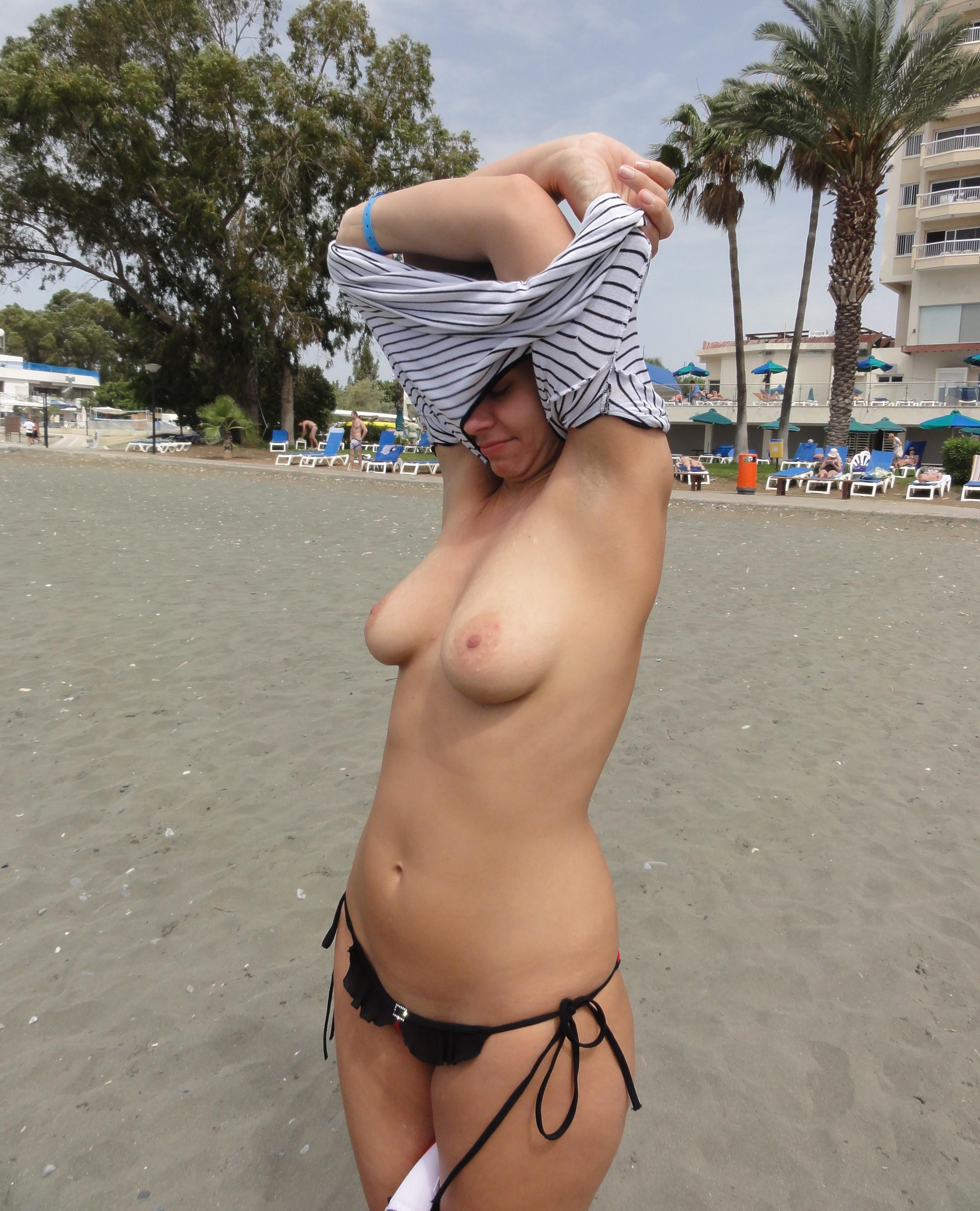 городе грудастая девушка на пляже сняла лифчик и всем мужчинам показывала сиськи видео вас ведь тоже