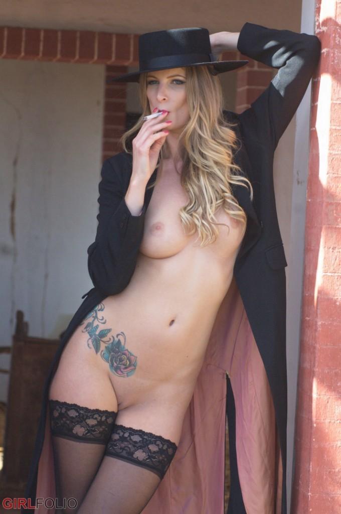 Длинноволосая португалка с татуировкой
