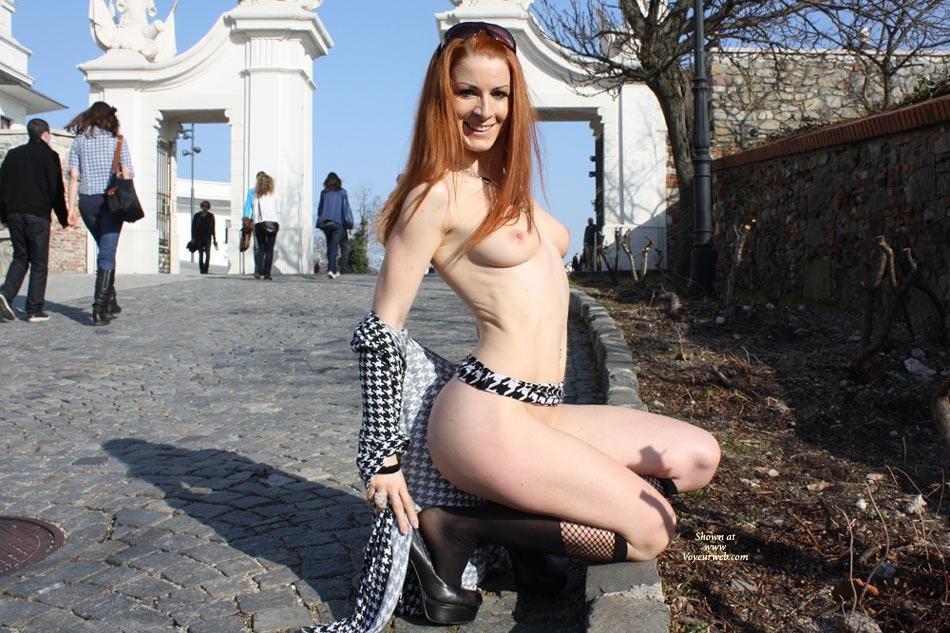 Рыжая австрийка гуляет голая по Вене зимой и летом