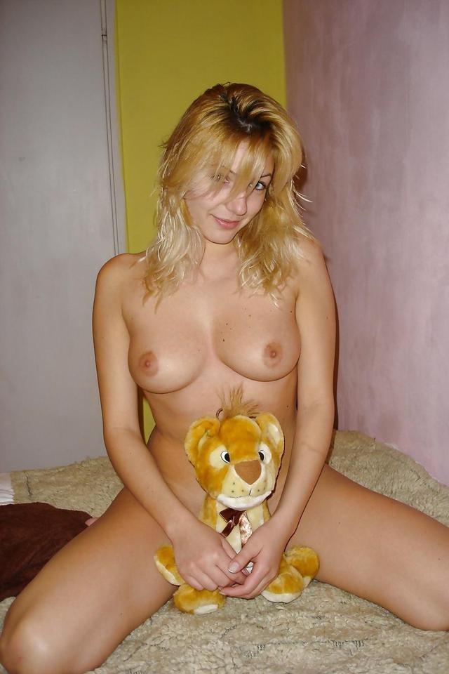 Молодая болгарочка приоткрыла киску