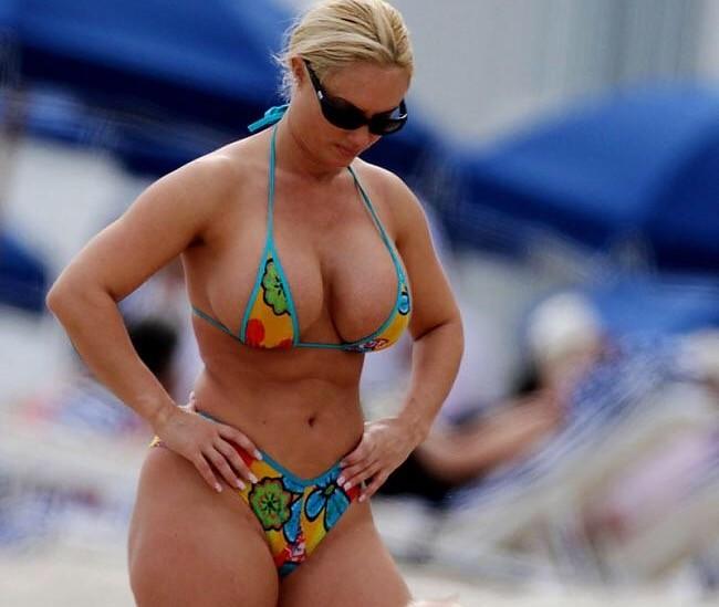 Грудастая знаменитость из Хорватии в бикини