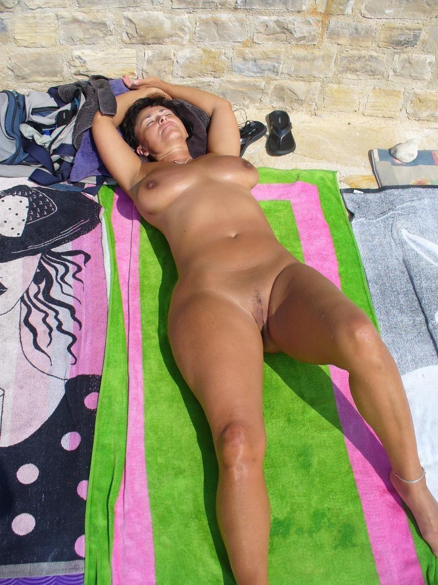 Эротика жены загорают голые, порно фото лее адамс