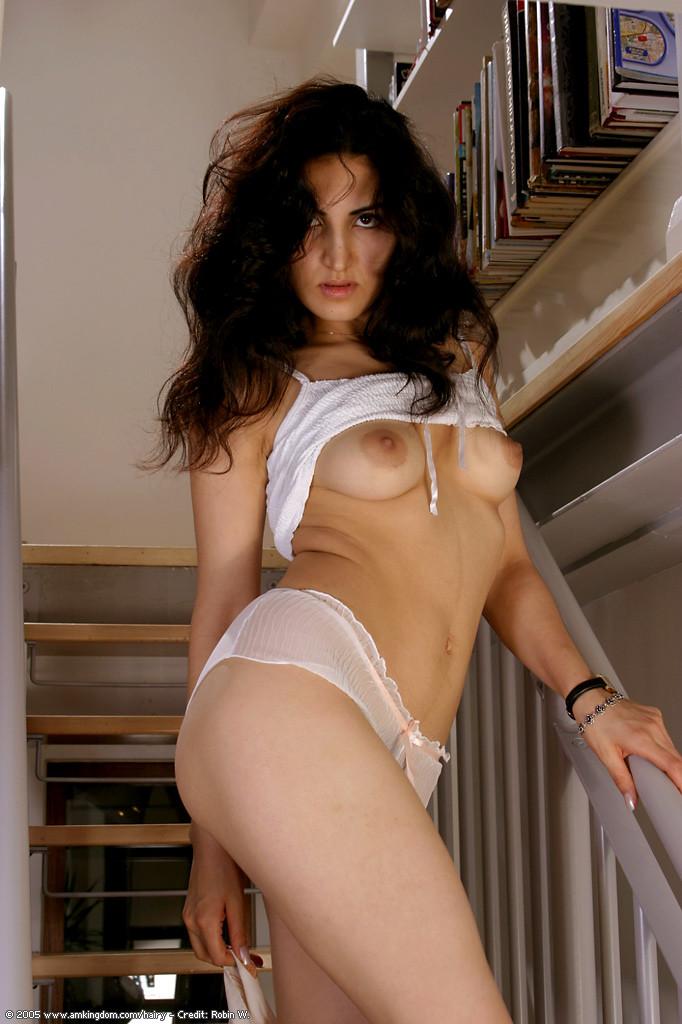 Армянская модель Мариам с волосатой пиздой