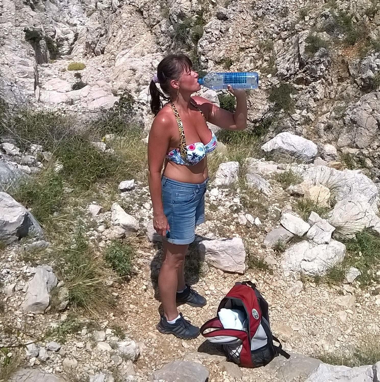 Милфа из Хорватии загорает на пляже