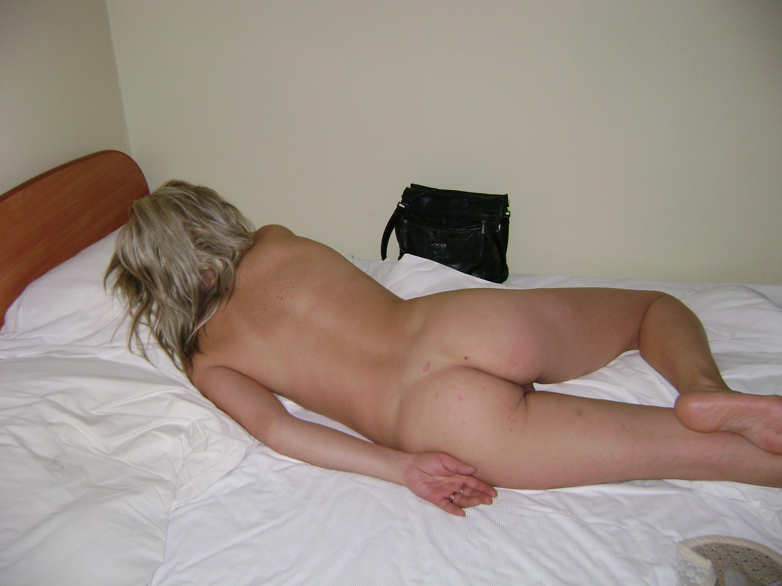 Голая жопа спящей женщины из Литвы