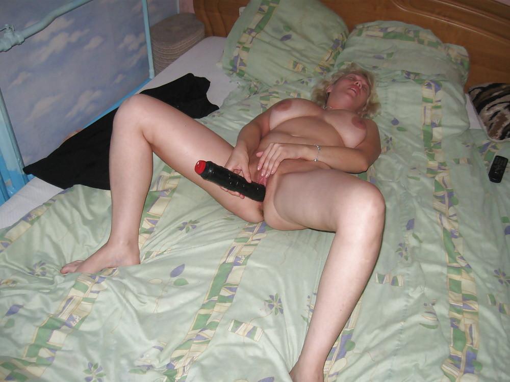 Зрелая латышка развлекает себя дилдом и сосет хуй у мужа