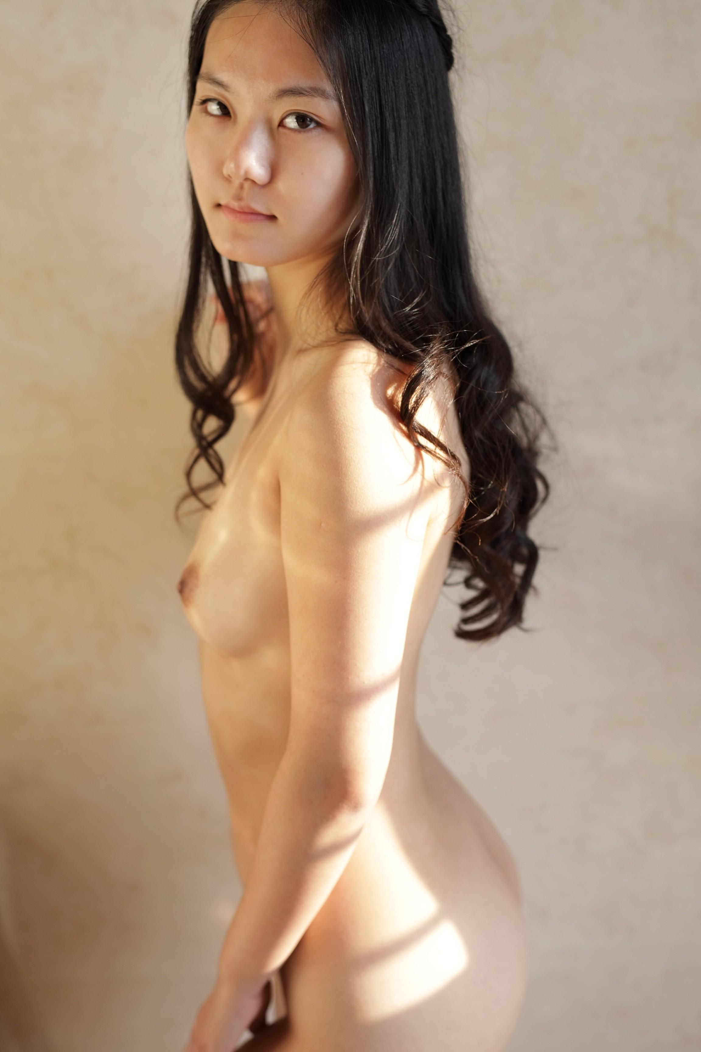Начинающая китайская эро модель с пушистым лобком
