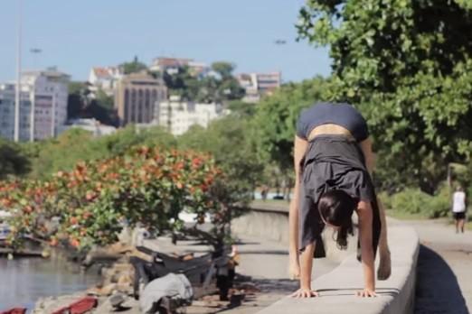 Бразильская акробатка нюхает свои пальцы ног