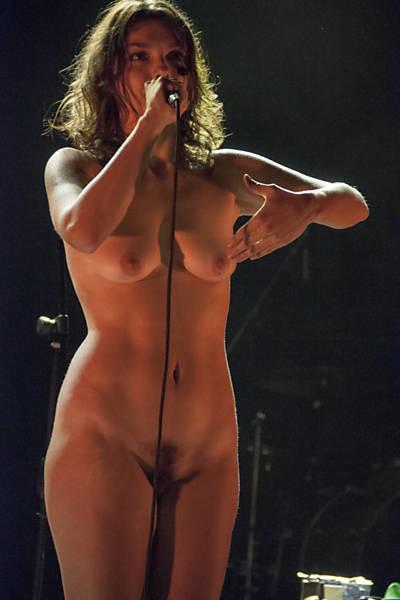 Певица из Бразилии выступает на сцене голая