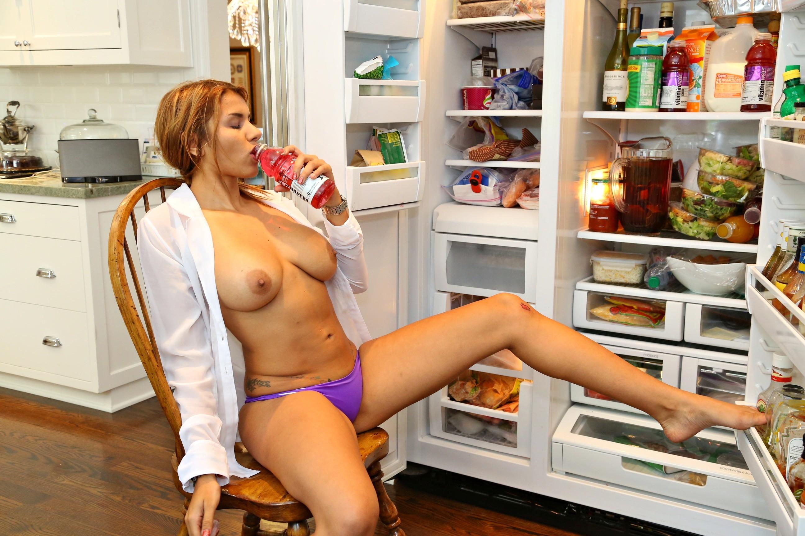 Симпа бразильянка раздевается возле холодильника