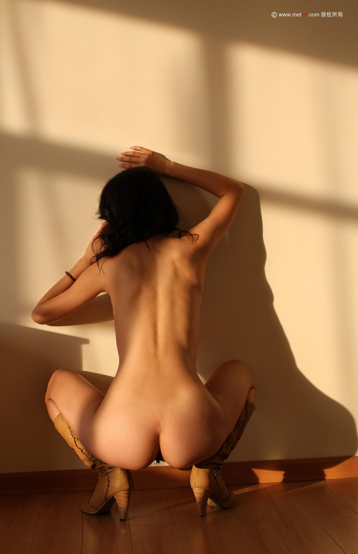 Красивая китайская модель голая, но в сапогах