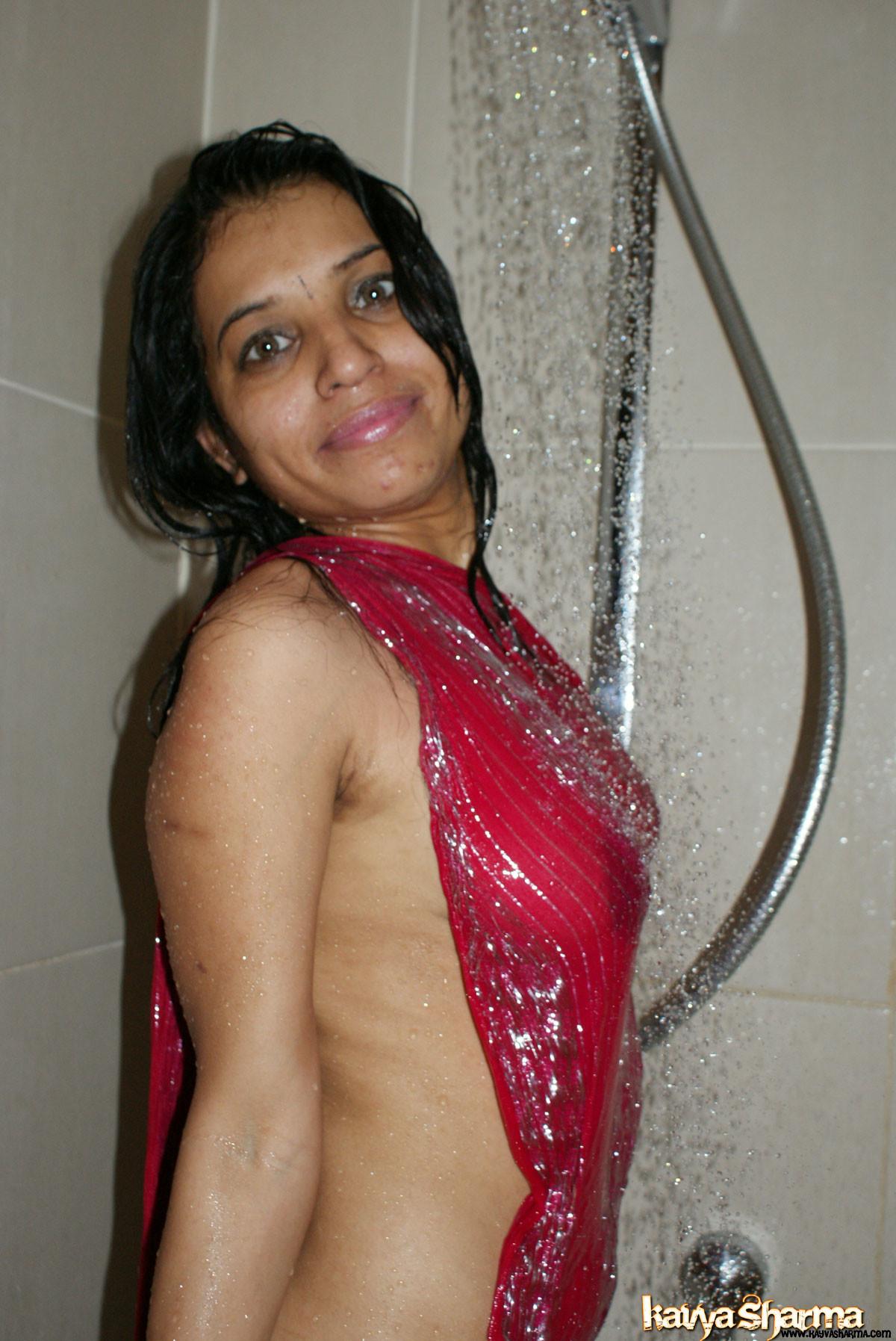 Индийская милфа принимает душ в традиционной косынке