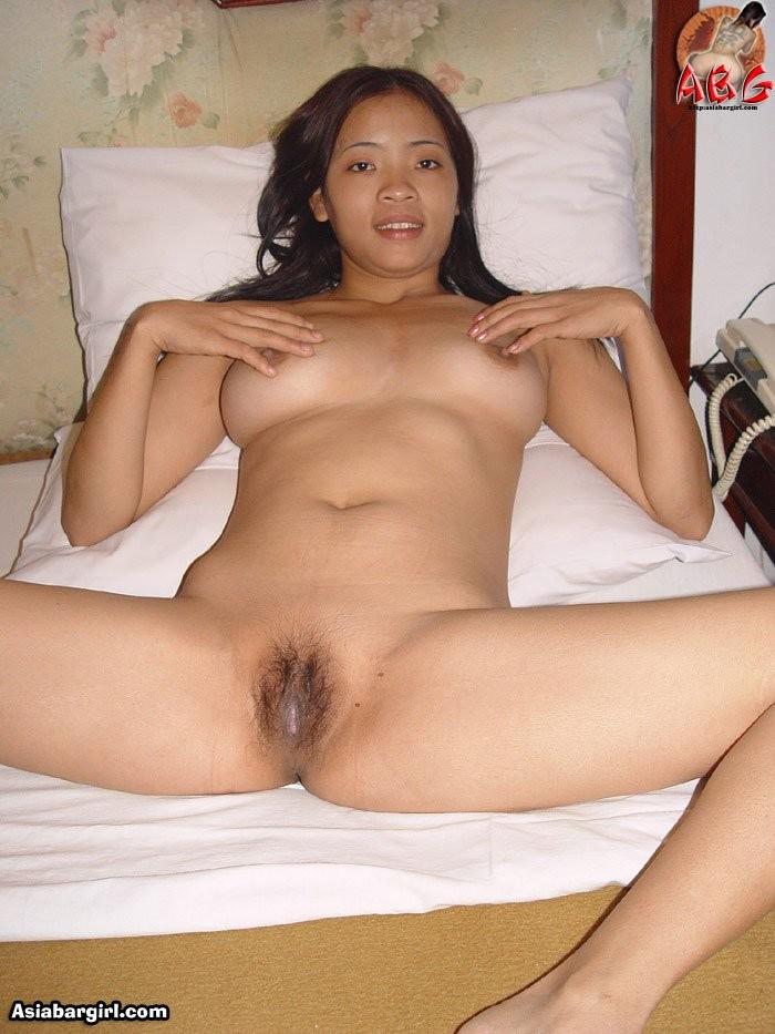 Вьетнамка показывает свою большую вагину и тугой анус