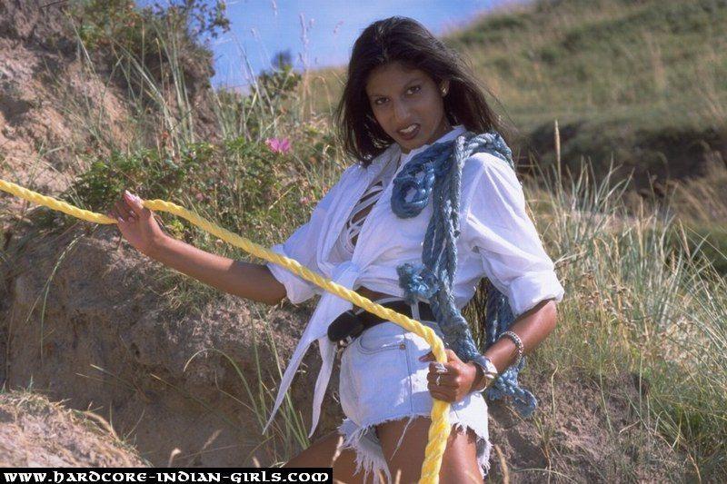 Индианка со светловолосой любовницей на море