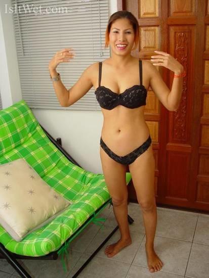 33-летняя вьетнамка разделась и показала пизду