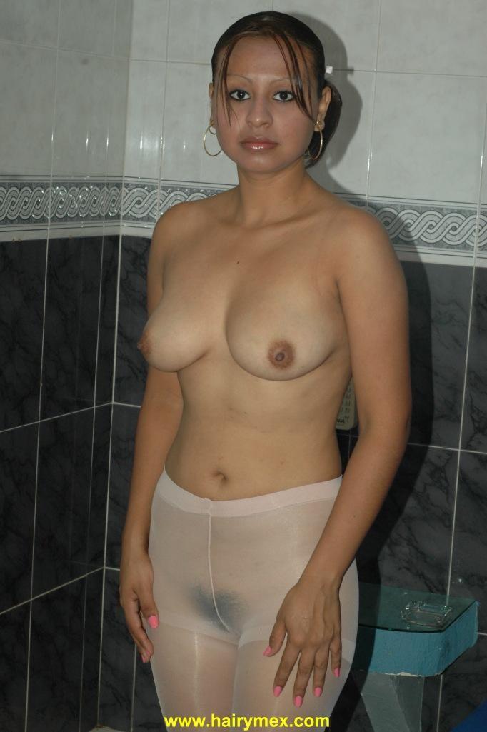 Волосатая мексиканка Клаудиа мастурбирует секс игрушкой