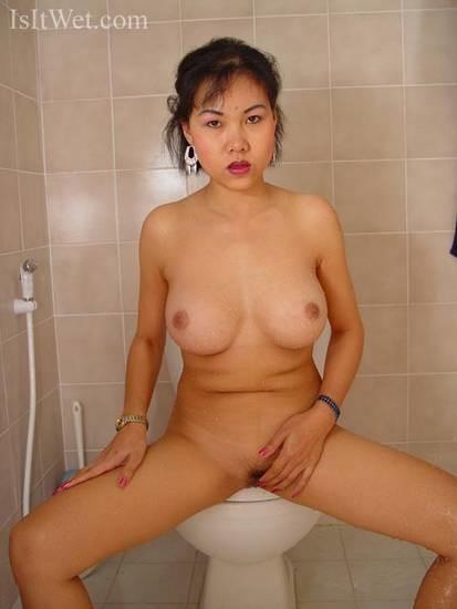 Вьетнамская массажистка дрочит хуй и позволяет гладит свою вагину