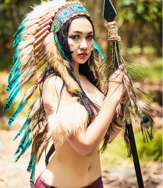Вьетнамка позирует в образе индейца