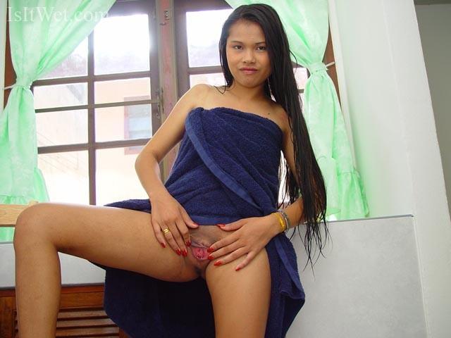 24-летняя вьетнамка с белым дилдо и белым членом