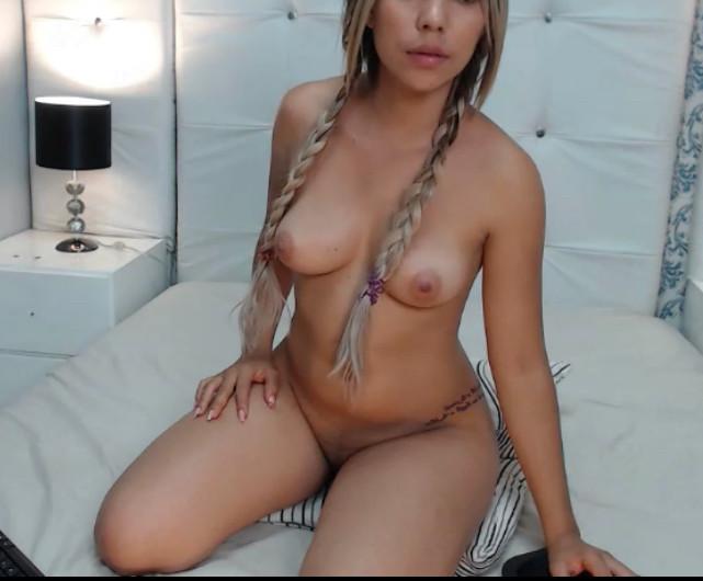 Колумбийка занимается мастурбацией на вебку
