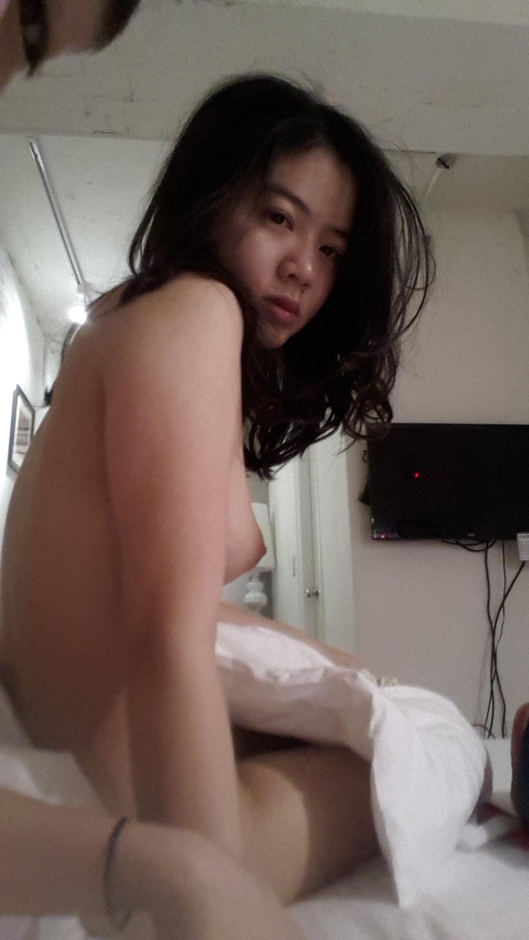Пьяная вьетнамка гладит свою вагину перед вебкой