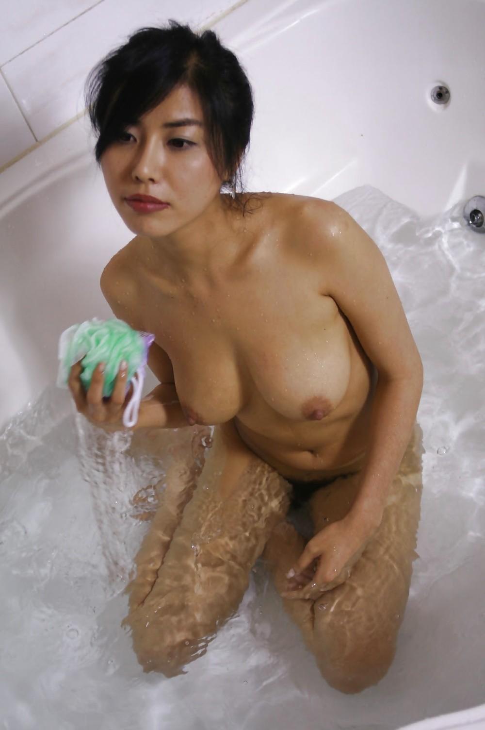 Красивая кореянка раздевается до гола
