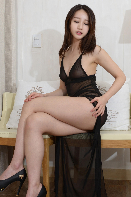 Сексуальная корейская модель позирует голая