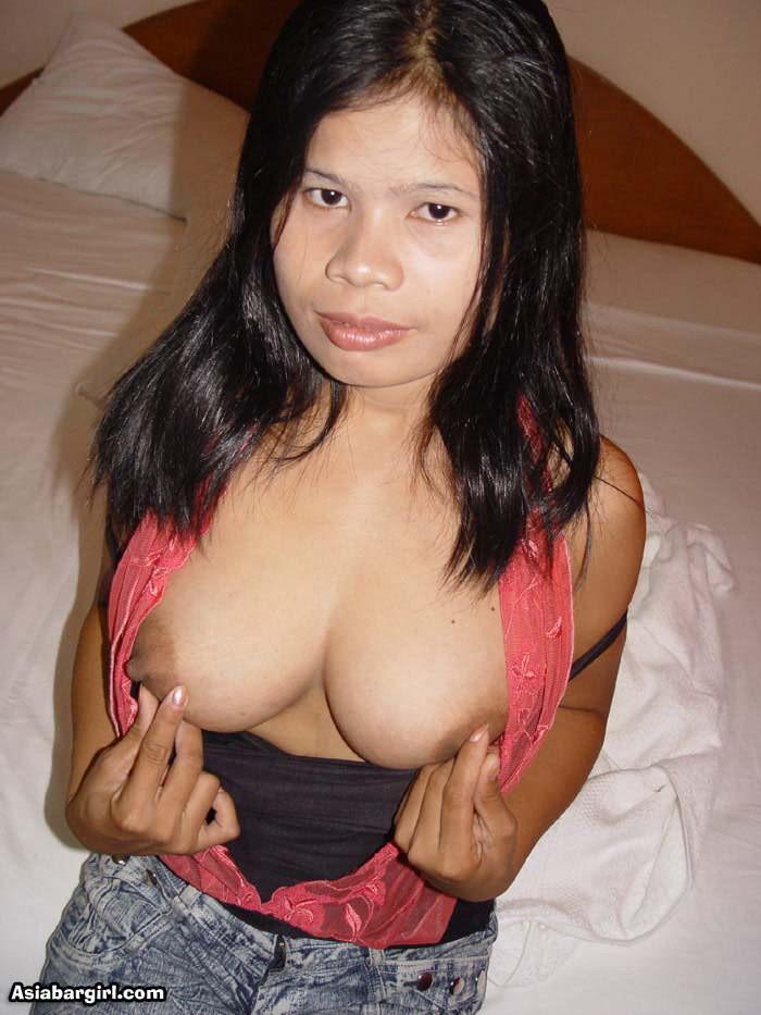 Зрелая филиппинка показала сиськи и взяла член в рот