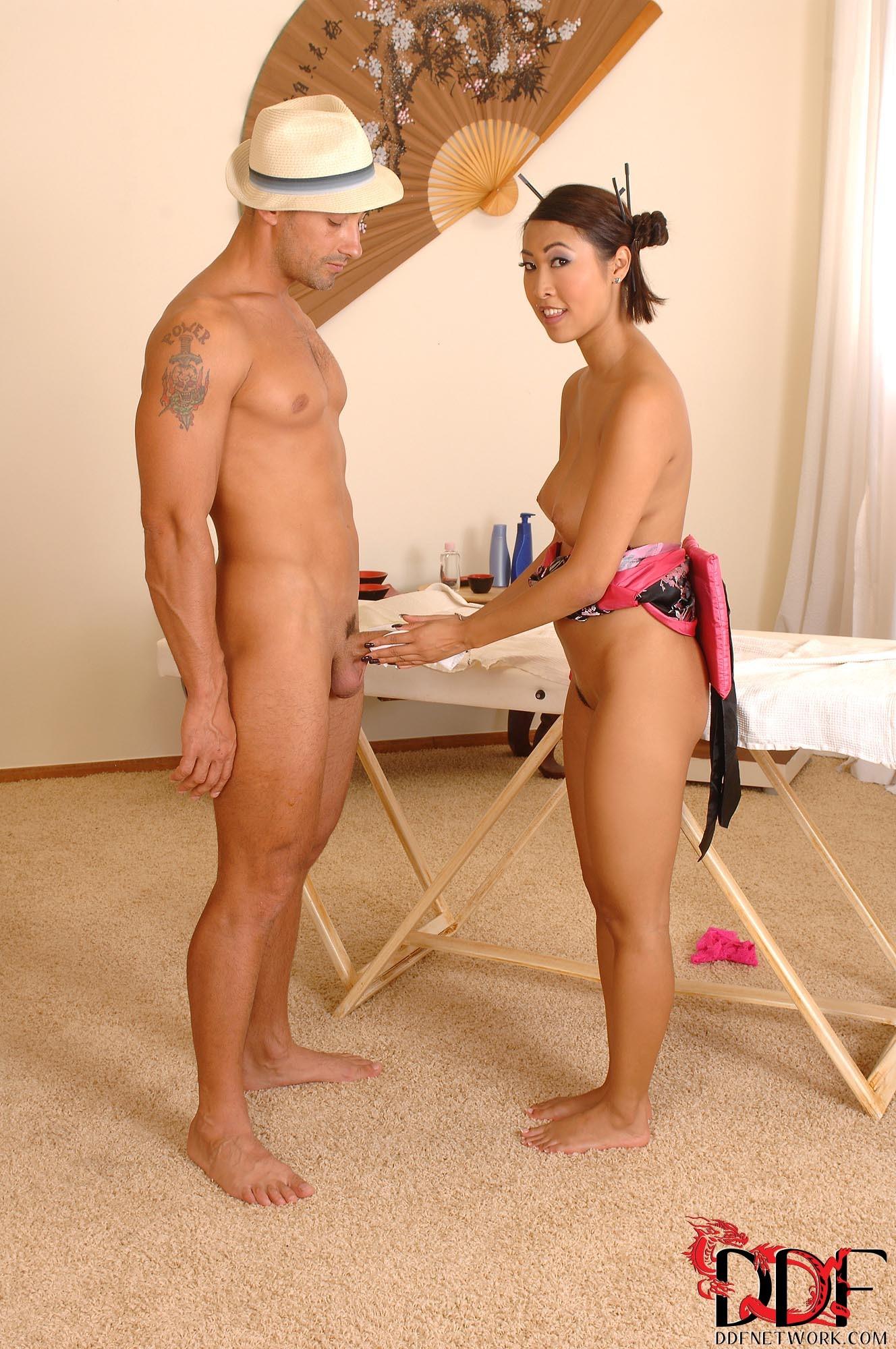 Вьетнамская массажистка ебется на массаже